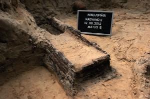 Anna Hints. Üllatavalt hästi olid säilinud puidust kirstud, mis tavaliselt hävivad maapinnas kiiresti.