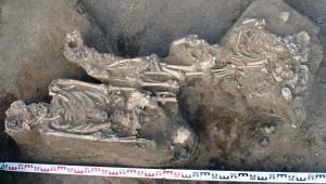 Seda, kas hauda on maetud ema kolme lapsega – nii nagu kaevamistel viibinud omavahel arutlesid – saab hea õnne korral kindlaks teha vaid muistse DNA analüüsimisega. Praegu jääb see teadmine meile aga kättesaamatuks.
