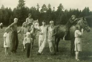 Lootvina maa-aluse kalmistu kaevajad 1946.a. Keskel Leo Metsar ja Lembit Jaanits. Hobust kallistab Herta Juur. Foto: AI FK 10979