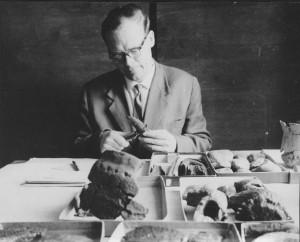 """Lembit Jaanits, Kiviaja uurija (arheoloogia näituse jaoks """"poseeritud"""" foto). Foto: AI FK 11005"""
