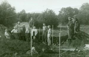 Asva kaevamised 1948. Vasakult teine Marta Schmiedehelm, 9. ja 10. Artur Vassar ja Lembit Jaanits, 4. Herta Juur. Foto: AI FK 11009
